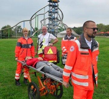 Auch die Rettung von Verletzten wurde geübt, hier Anita Müller, Sprecherin des Parks.