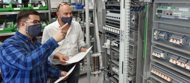 Markus Thimon (links) ist 2020 der beste Jungfacharbeiter im Bereich Elektroniker für Betriebstechnik im Kammerbezirk der Industrie- und Handelskammer Chemnitz. In der Werkstatt der Firma GAT-Hartmannsdorf bespricht er mit Prokurist Torsten Franke den Aufbau eines Schaltschrankes.