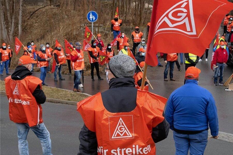 Mitarbeiter der Firma Handtmann beim Warnstreik.