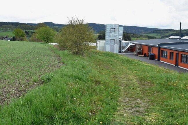 Im Gewerbegebiet in Markneukirchen sind alle Flächen verkauft, es soll deutlich wachsen - auch auf den Feldern in Richtung Wohlhausen/Kuhbauch. Rechts im Bild der Sitz des Trommelstockherstellers Rohema.