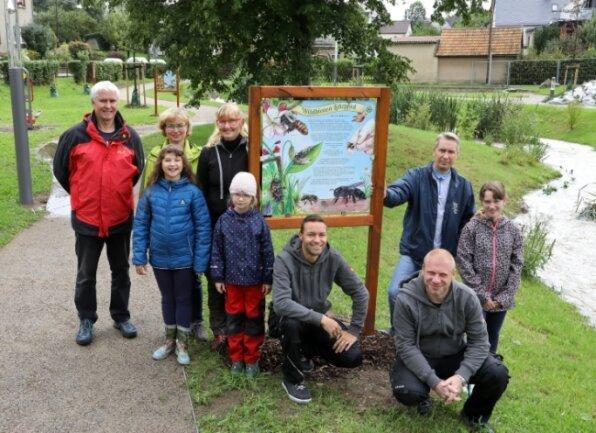 """Mitglieder der BUND-Ortsgruppe """"Grünes Band Callenberg"""" an einer der Schautafeln des Wildbienen-Lehrpfades am Festplatz."""