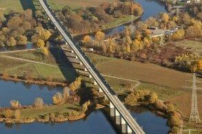 Mit der neuen Saale-Elster-Talbrücke südlich von Halle befindet sich die längste Eisenbahnbrücke Deutschlands auf der ICE-Neubaustrecke. Sie ist 8,6 Kilometer lang.