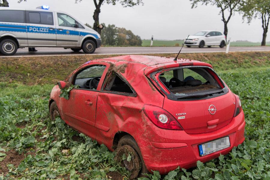 Auto überschlägt sich und bleibt auf Feld liegen