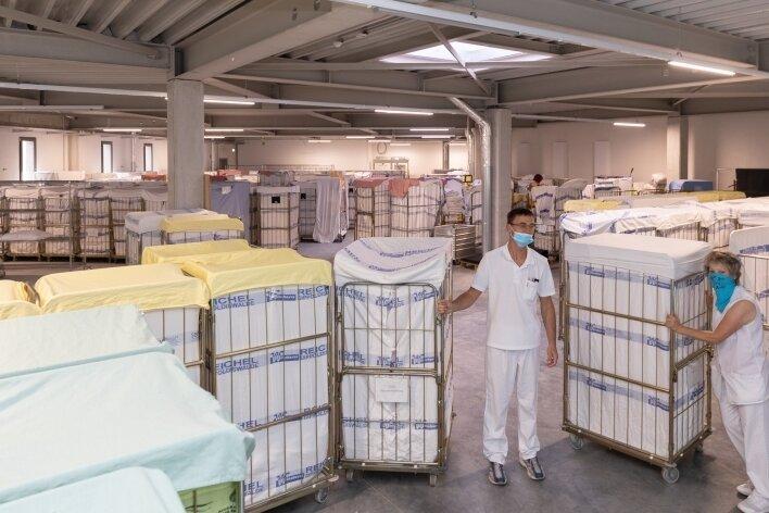 Die Lagerkapazitäten haben sich deutlich vergrößert. Nun ist auch in der eigentlichen Wäscherei, in der täglich mehrere Tonnen Schmutzwäsche gereinigt werden, mehr Platz.