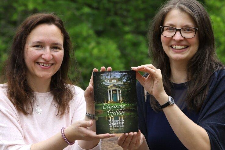 Alexandra Thümmler (links) und Anke Schilling vom Geschichtsverein Waldenburg zeigen die neue Broschüre, die ab sofort im Tourismusamt und im Waldenburger Schloss käuflich erworben werden kann.