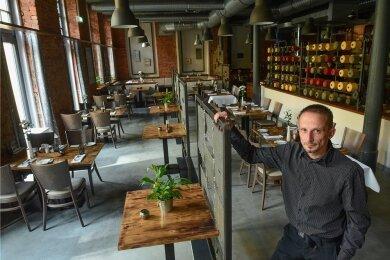 """Chef Markus Arnold und sein Team im Restaurant """"Max Louis"""" in der Chemnitzer Schönherrfabrik werden von den """"Gault & Millau""""-Testern dafür gelobt, dass sie internationale Erfahrungen einbringen und dabei doch gern auf Regionalität setzen."""