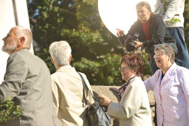 """<p class=""""artikelinhalt"""">Bei bestem Wetter begannen am Dienstagvormittag die Fotoshootings für die Freiberger Imagekampagne am Schloss Freudenstein. Hier lichtet Fotograf Ralf Menzel (oben) Peter und Christa Jakob, Renate Müller und Jutta Damme (von links) ab. </p>"""