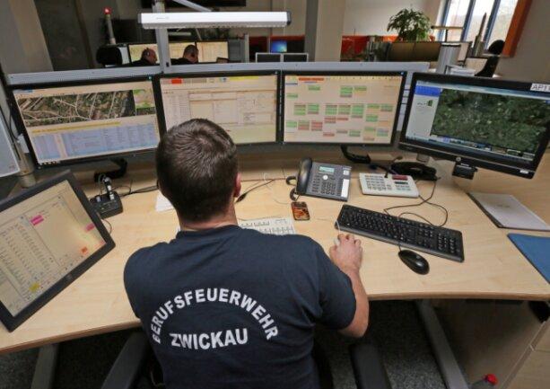 Blick über die Schulter eines Feuerwehr-Mitarbeiters. Die Rettungsleitstelle Zwickau ist seit 2015 auch fürs Vogtland zuständig. Die Kosten dort steigen von Jahr zu Jahr, die Gründe bleiben bisher im Nebel.