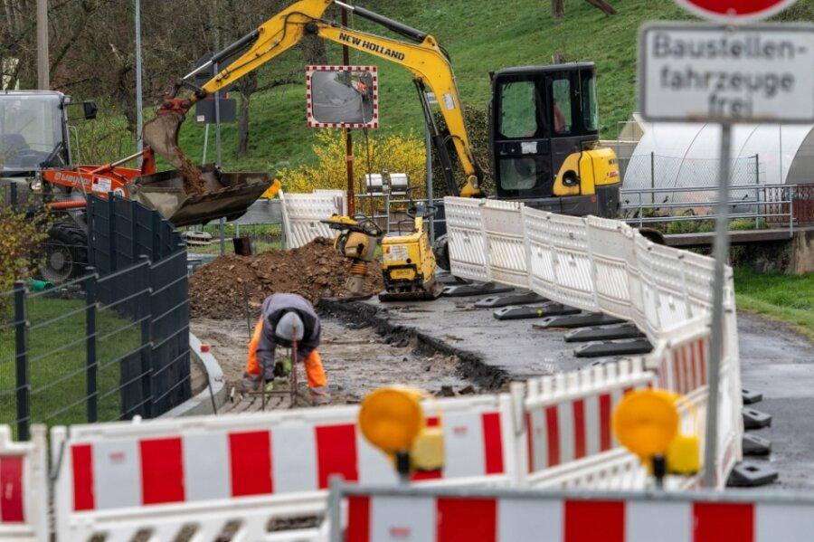 Die Lunzenauer Straße in Wiederau ist auf Höhe der Hausnummer 77 gesperrt. Mitarbeiter der Firma Tief- und Straßenbau GmbH aus Hartmannsdorf erneuern in dem Bereich momentan die Straßenentwässerung.