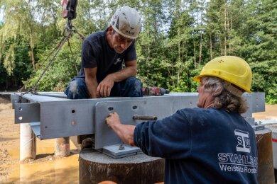 Steve Schmidt und Henry Degner (von links) montieren eines der beim Stahlbau Weischlitz-Rosenberg vorgefertigten Bauteile.