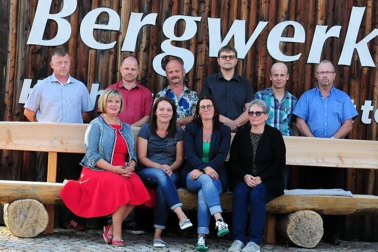 Dürfen sich Gedanken über Investitionen machen: Die Mitglieder des Gemeinderats Deutschneudorf, hier vor dem Abenteuer-Bergwerk. Bürgermeisterin Claudia Kluge (FDP) ist links im Bild zu sehen.