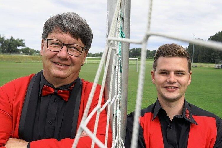 Uwe Meyer (links) und Janis Müller vom Faschingsclub Wernsdorf moderieren am 24. Juli das Fußball-Benefizturnier.