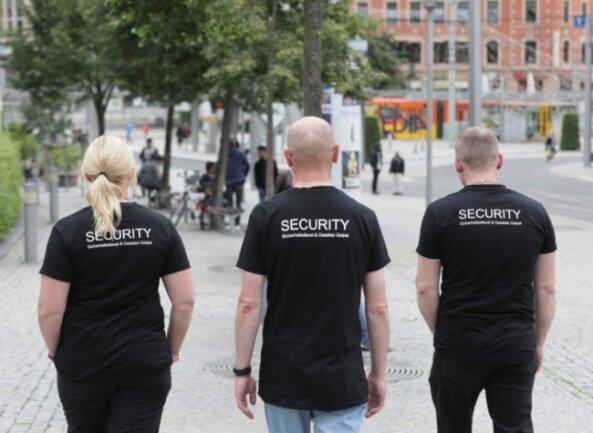 Seit gut zwei Wochen laufen die Mitarbeiter des Sicherheitsdienstes Geipel in Plauen Streife, auch am Wochenende. Schon allein das Erscheinen der Security-Leute beruhigt die Passanten, Einwohner sowie Touristen.