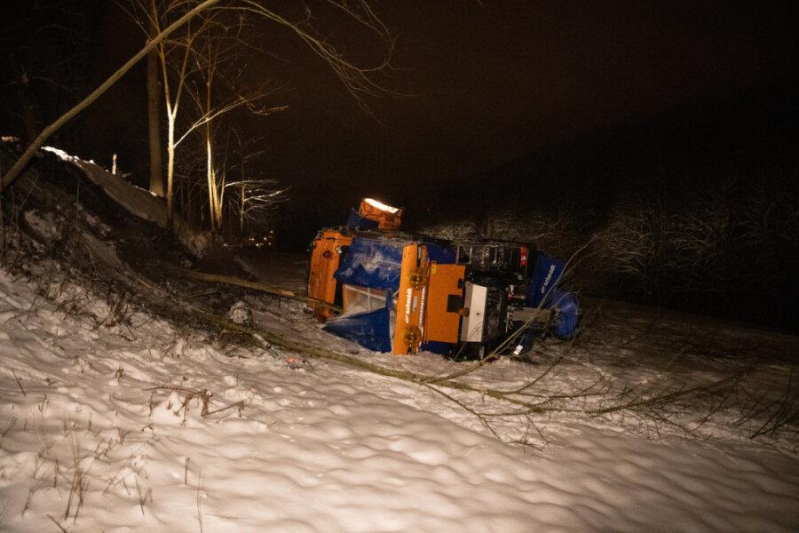 Winterdienst rutscht bei Großrückerswalde Abhang hinab