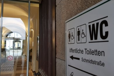 Der Hinweis auf die öffentlichen Toiletten am Rathaus-Eingang. Die Damentoilette und der Wickelraum sind jedoch geschlossen.