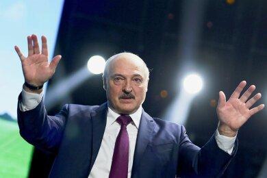 Alexander Lukaschenko, Präsident von Belarus, gestikuliert bei einer Rede vor einem Frauenforum in Minsk.