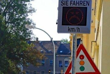 Die Geschwindigkeitsanzeige ander Gerhard-Weck-Straße, HöheGerhard-Hauptmann-Schule, steht nun auf der richtigen Straßenseite.