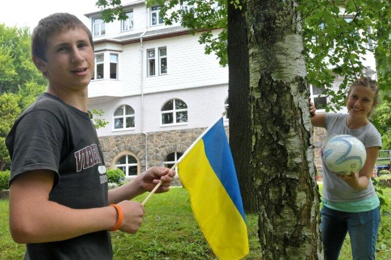 Sascha Tarnovski aus der Ukraine - im Bild mit Praktikantin Christin Fischle - ist zu Gast im Heim des Vereins Kinderarche in Lichtenberg.
