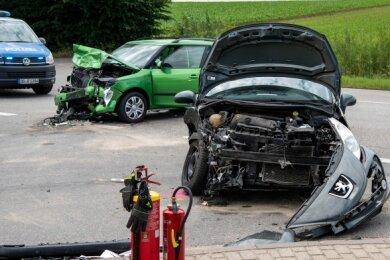 Erheblicher Blechschaden war Folge dieses Unfalls, der sich an der Kreuzung im Wernsdorfer Gewerbegebiet ereignete.