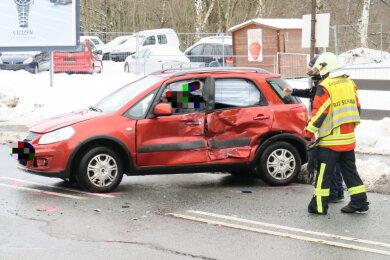 Ein Unfall mit einem Suzuki und einem Lkw hat sich am Donnerstag an der B 169 in Bad Schlema ereignet.
