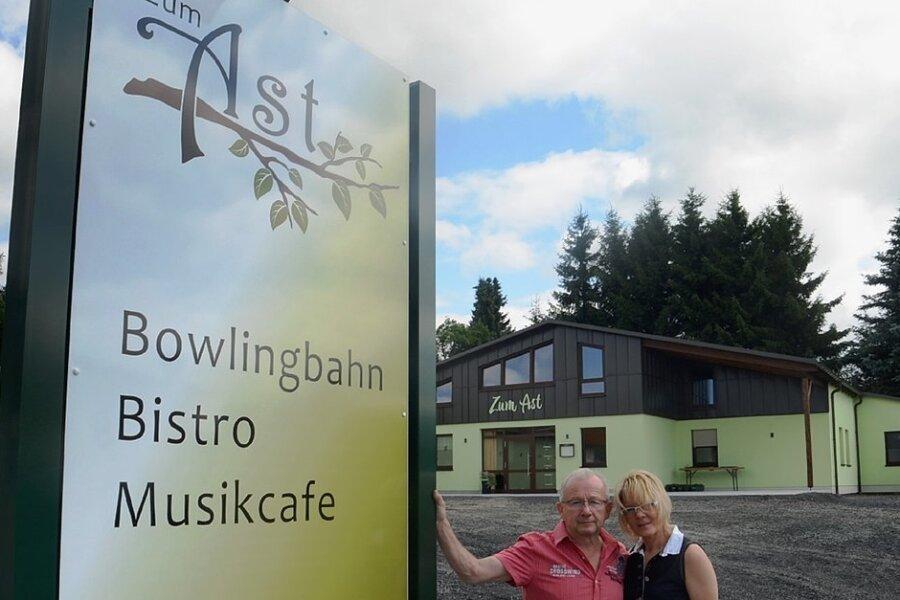 """Rene und Sabine Lindner eröffnen am Samstag in Rebesgrün ein Bistro mit Bowlingbahn. Der Neubau ihrer Gaststätte """"Zum Ast"""" wurde am Standort des früheren Gasthofes zum Grünen Baum errichtet."""