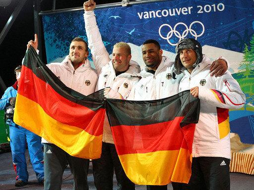 Die deutschen Bobfahrer feiern ihren Doppelsieg
