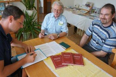 Dietmar Bender, Frieder Spitzner und Wiegand Bender (von links) besiegeln die Zusammenarbeit beider Vereine.
