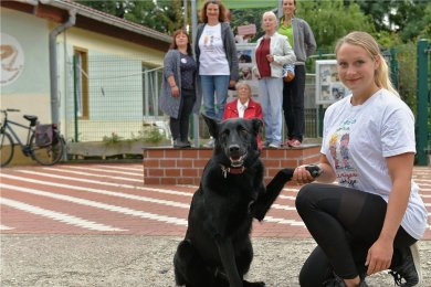 Am Freitag ging die Aktion am Tierheim zu Ende. Maria Hasche (vorn) absolvierte mit Hündin Emma 100 Kniebeuge.