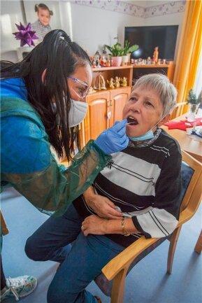 Pflegefachkraft Henriette Bartsch nimmt einen Abstrich von Bewohnerin Dagmar Pinther.