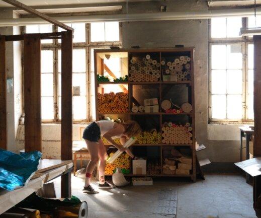 Christin Haupt vom Ibug-Projektteam sichtet Artefakte in der Buntpapierfabrik in Flöha, aus denen Schüler Kunstwerke gestalten sollen.