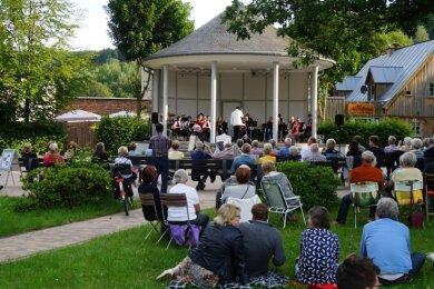 Hungrig nach Kultur: Große Resonanz fand am Montagabend das Konzert des Akkordeonorchesters Klingenthal am Musikpavillon.