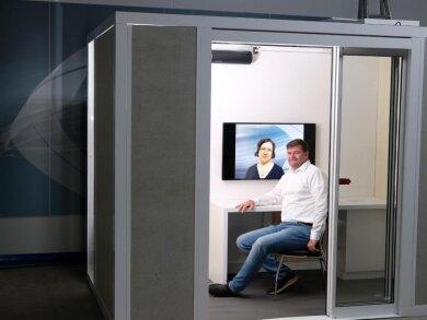Geschäftsführer der Seiwo Technik GmbH sitzt in flexiblem Corona-Schutzraum, dem «Protect Cube».