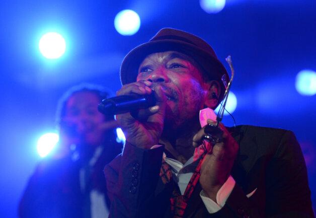Die Sänger Ear (Demba Nabe) von der Band Seeed steht bei einem Konzert der Band in der Wuhlheide auf der Bühne.