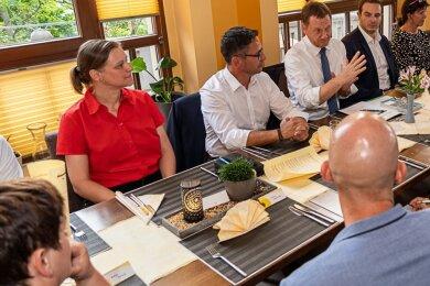 Pfarrerin Nikola Schmutzler (hinten, links) beim Gespräch mit Ministerpräsident Michael Kretschmer (CDU/3.v.r.) vergangene Woche in Auerbach. Dazu hatte der Landtagsabgeordnete Sören Voigt (CDU/Mitte) unter anderem Vertreter aus Gesundheitswesen und Pflege, von Kita, Schule, Einzelhandel und Gastronomie eingeladen.