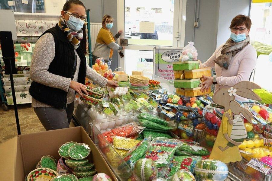 Doreen Köcher, Henni König und Heike Artzig (von links) packen im Spielzeug-Land in Glauchau die Ware für das Ostergeschäft aus.