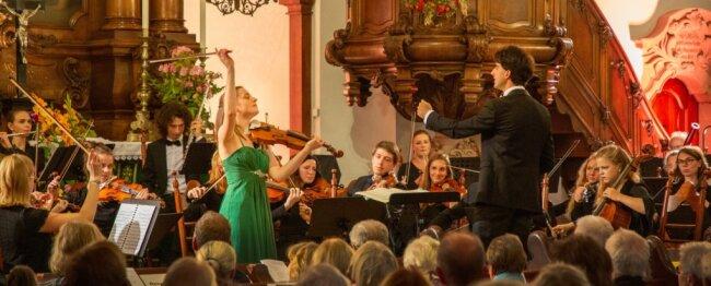 Bei Peter Tschaikowskys Violinenkonzert D-Dur begeisterte Charlotte Thiele als Solistin der Jungen Philharmonie Augustusburg. Sie brachte mit ihrer Spielfähigkeit das Instrument bis an seine Grenzen. Die Leitung für beide Konzerte lag bei Kirchenmusiker Pascal Kaufmann.