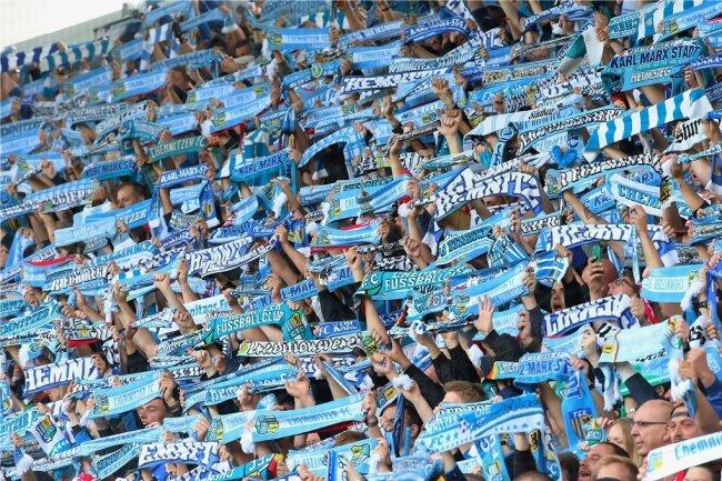 Die Südkurve im Chemnitzer Stadion. Auch hier stehen überwiegend Fußballfans, die keine rassistischen Parolen grölen. Doch es gab auch Vorfälle wie die Gedenkminute für einen verstorbenen Neonazi. Damit soll nun Schluss sein.