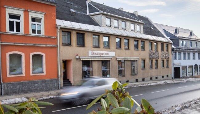 Das Wohn- und Geschäftshaus Chemnitzer Straße 2/2A an der Bundesstraße 95 soll in diesem Jahr saniert werden.