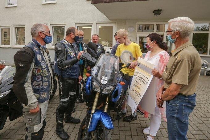 Die Mitglieder des Motorradvereins Blue Knights Saxony kamen nicht mit leeren Händen, als sie das Autismuszentrum und Conny Mohe, Vorsitzende des Regionalverbandes, besuchten.