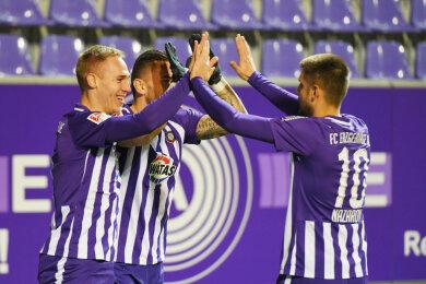 Florian Krueger (FC Erzgebirge Aue) li., erzielt das 1:0, Pascal Testroet (FC Erzgebirge Aue) hinten und Dimitrij Nazarov (FC Erzgebirge Aue) gratulieren.