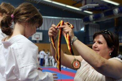 Lilly Bur (l.) gehört zu den Mini-Kids der ersten Stunde beim Karate-Do Rochlitz und feierte auch schon einige Erfolge. Gleich bei ihrem ersten Wettkampf 2015 durfte sie am Ende eine Medaille entgegennehmen.