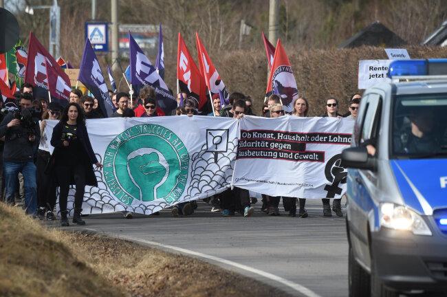 Mehrere hundert Menschen demonstrieren am Sonntagnachmittag vor dem Frauengefängnis.