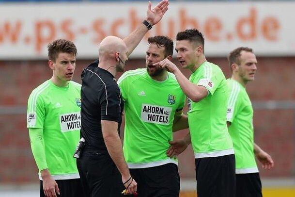Daniel Frahn (rechts) legte sich am vergangenen Samstag mit Schiedsrichter Benedikt Kempkes an, flog deswegen mit Gelb-Rot vom Platz. Für das nächste Heimspiel fallen noch weitere Spieler aus.