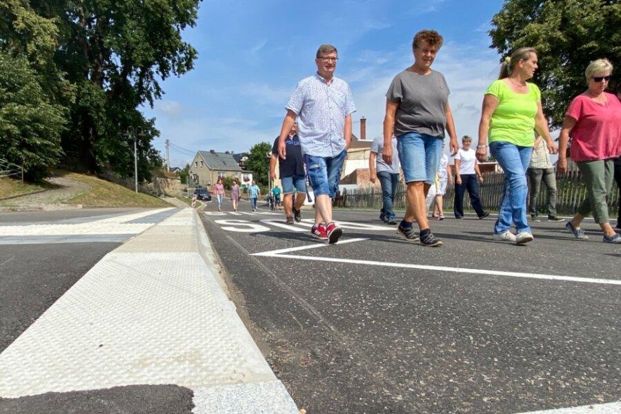 Etwa 40 Niederfrohnaer begutachteten die ausgebaute Ortsdurchfahrt kurz vor der Freigabe für den Verkehr bei einem Spaziergang. Die Bushaltestellen auf dem Abschnitt sind nun barrierefrei gestaltet.