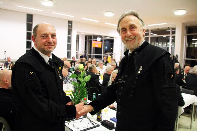 Knut Neumann, der scheidende Vorsitzende der Historischen Freiberger Berg- und Hüttenknappschaft (r.), übergibt die Geschäfte an seinen Nachfolger Heiko Götze.