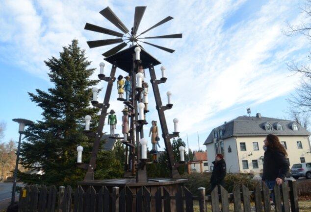 Ist mit ihren zwölf Figuren in der Adventszeit ein Hingucker auf dem Platz am Rathaus von Steinberg: die Ortspyramide Rothenkirchen, die dieses Jahr saniert wurde.Foto: Joachim Thoß