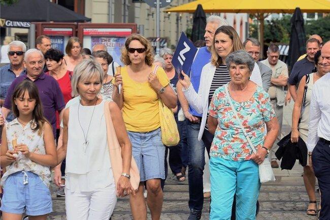 Zum ersten Stadtspaziergang mit Constance Arndt kamen mehr Teilnehmer als erwartet.