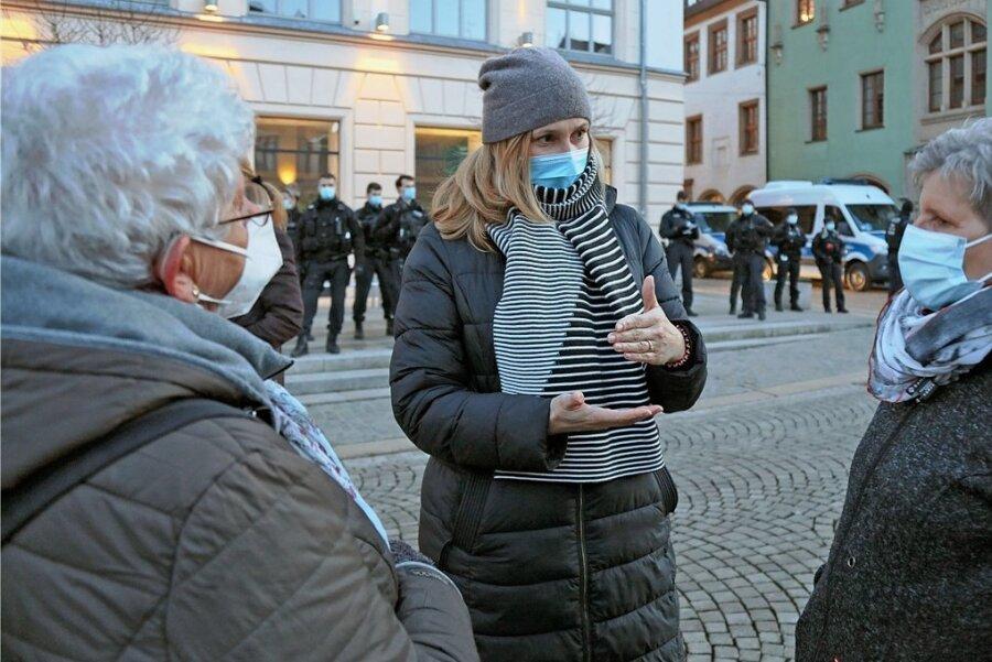 OB Constance Arndt im Gespräch mit Kundgebungsteilnehmerinnen.