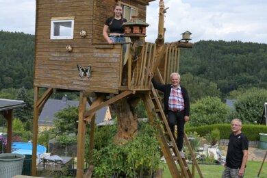Dietmar Mittmann (Mitte) hat für seine Enkelin Lucy vor zehn Jahren dieses Baumhaus gebaut. Hilfe hatte er dabei von seinem Schwiegersohn Roy Hiller, Lucys Vater.
