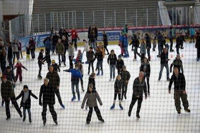 Auch öffentliches Eislaufen in der Eissporthalle gibt es zum Winterfest.